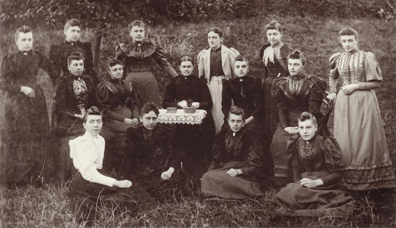 Naaikransje met Adriana Pieternella Leunis, 1870-1943, later echtgen. Abraham van Overbeeke